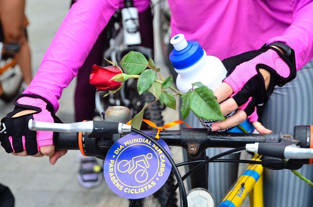 Detran distribui rosas e brindes para ciclistas no Bairro do Recife
