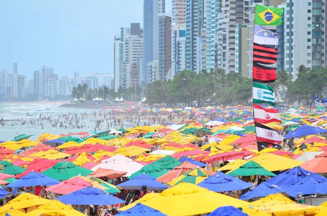 Praia de Boa Viagem lotada neste domingo (26)