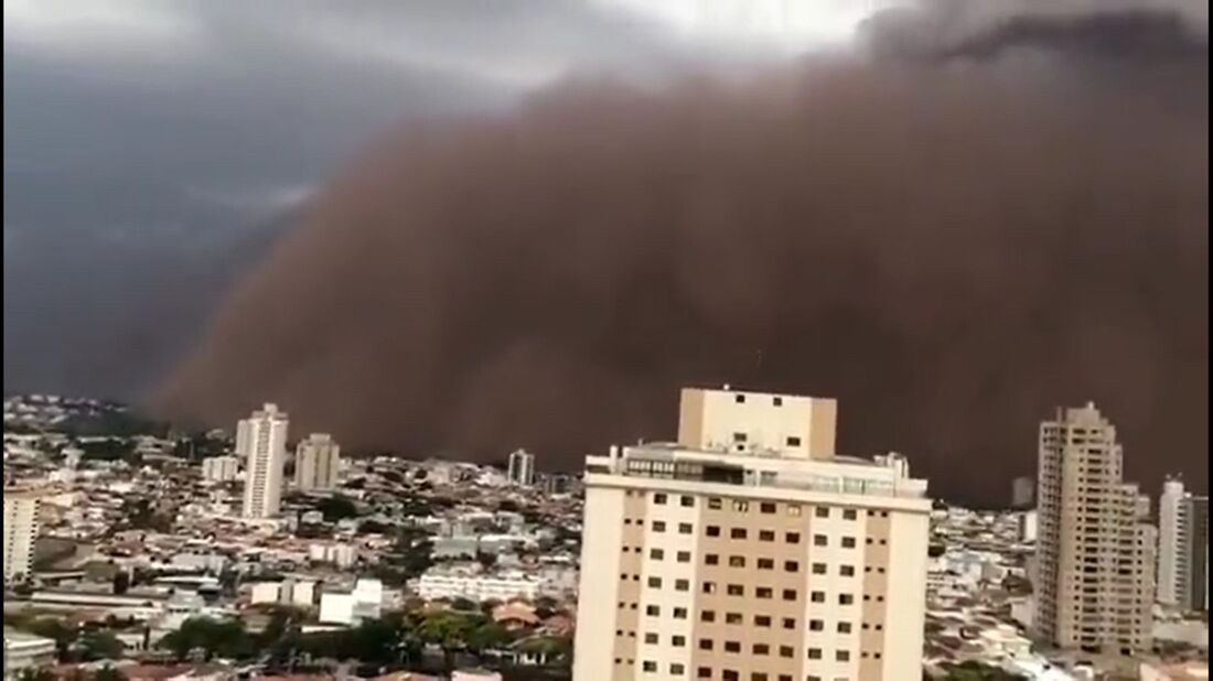 Nuvem de poeira vermelha em SP