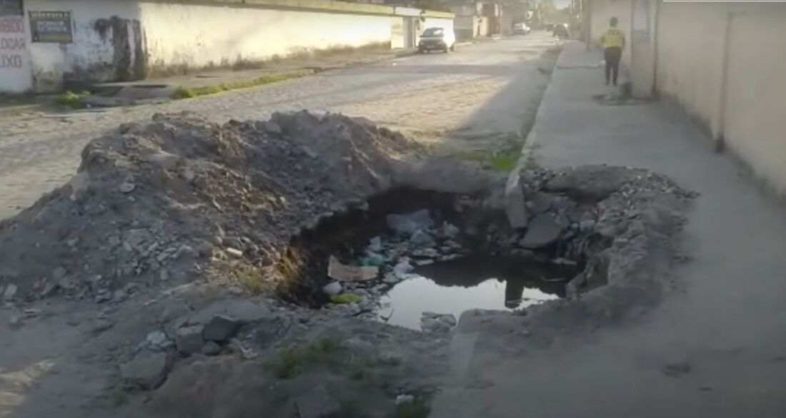 Buraco prejudica vida de moradores em Candeias