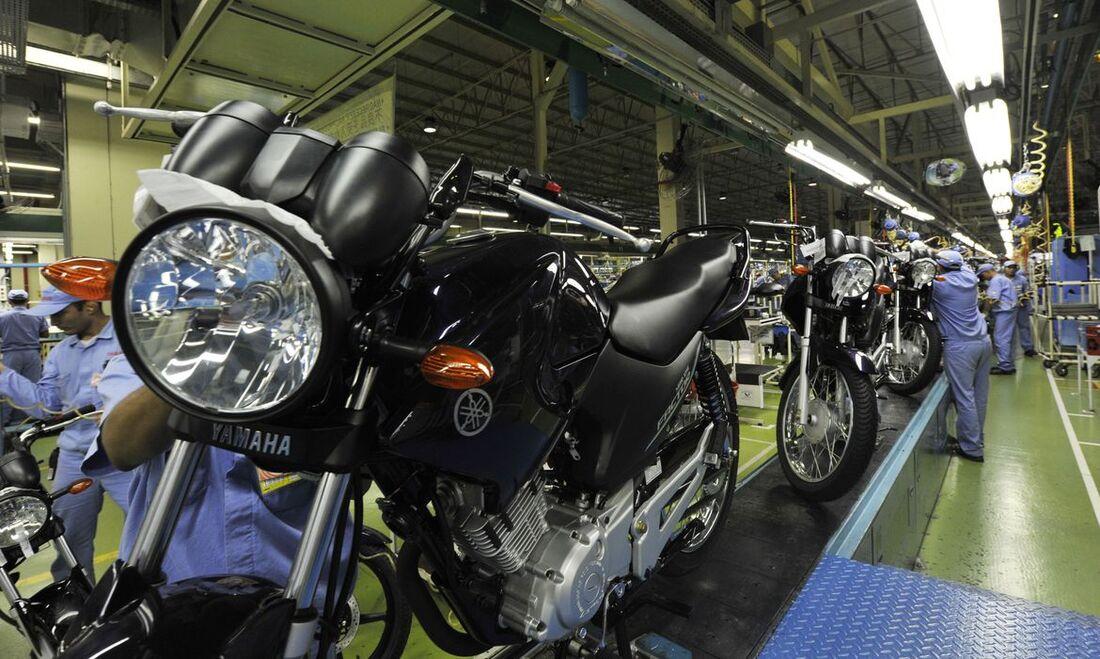 Fabricação de motos em indústria