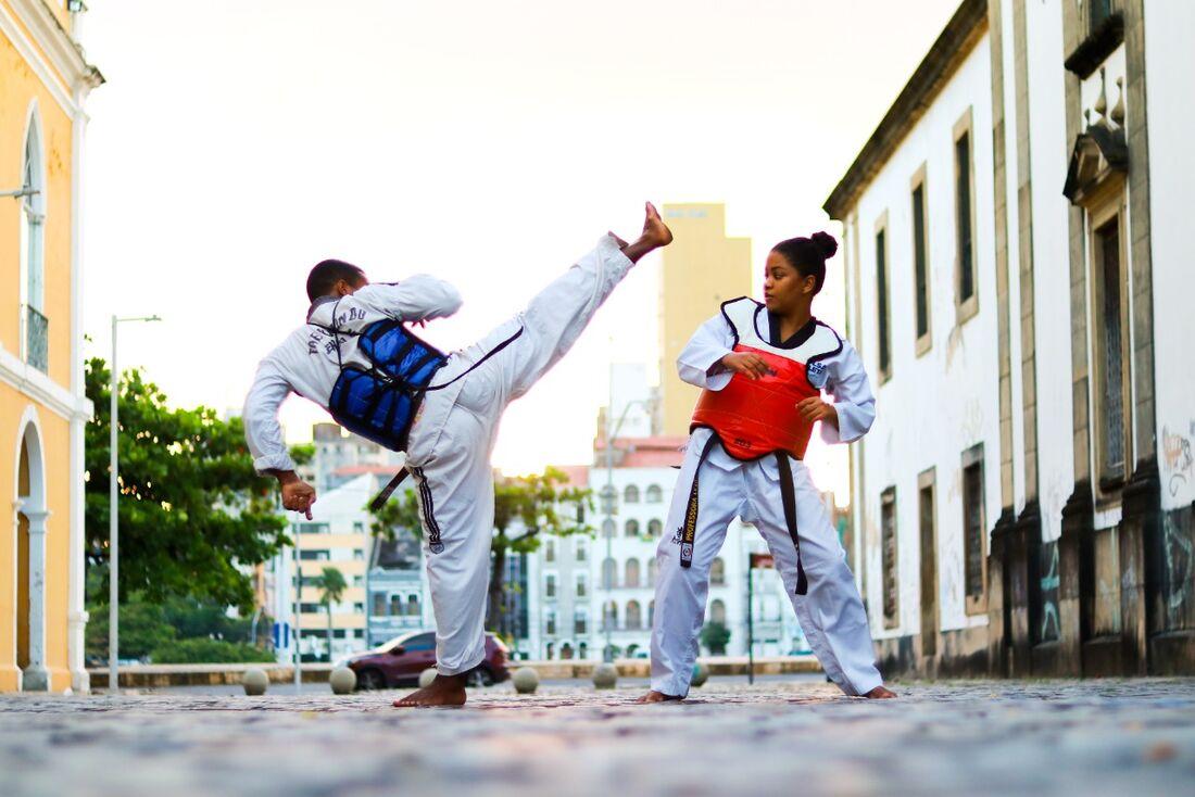 Atletas treinam arte marcial na Academia Disciplina