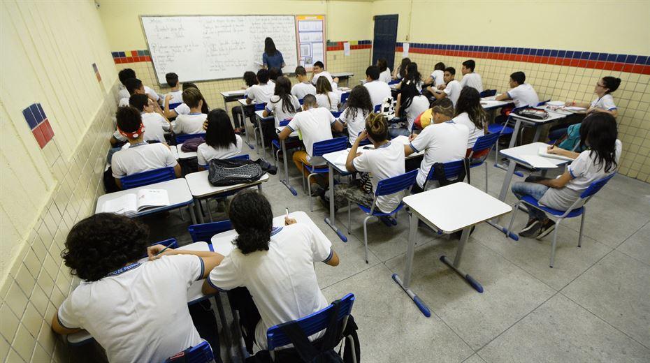 Governo suspende aulas de escolas estaduais do Recife - Folha PE