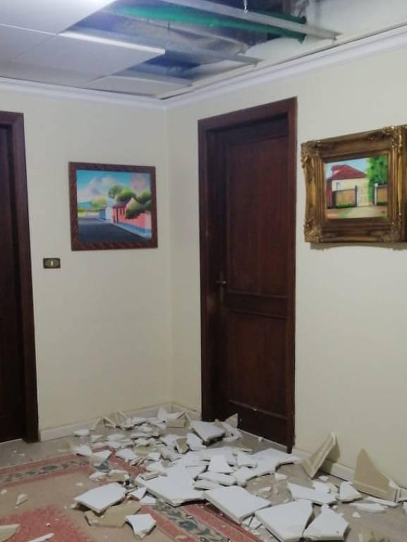 Parte do teto de gesso da casa da mãe do brasileiro, destruído pela explosão em Beirute
