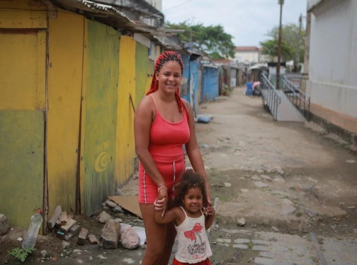 Tainara Feliciano, 21, mora com a filha na comunidade do Pilar, Centro do Recife