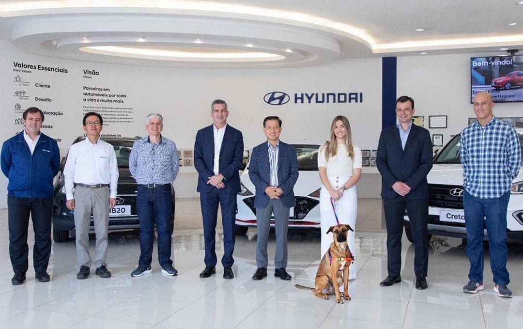 Tucson com diretores da Hyundai