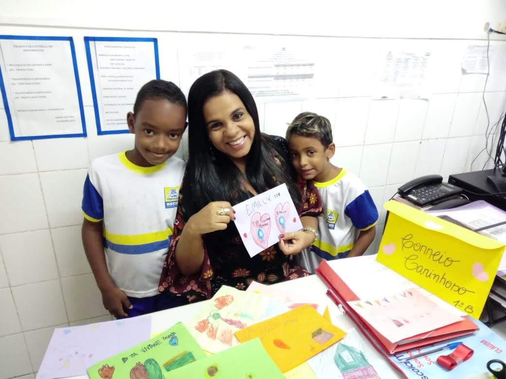 A diretora Viviane Freitas e estudantes da escola Sítio do Céu, em Santo Amaro, Recife.
