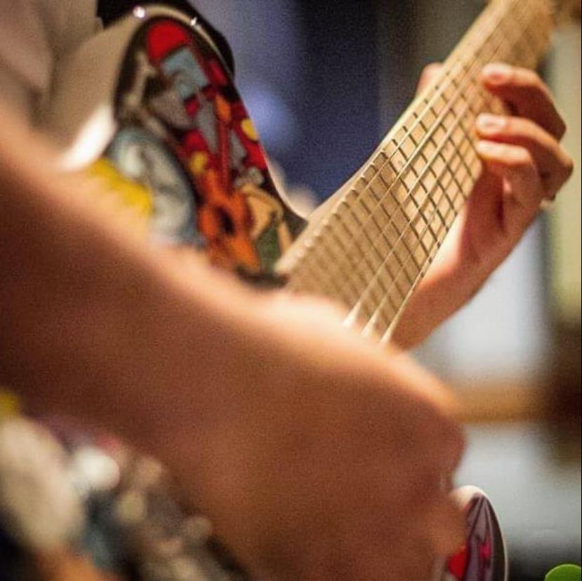 Guitarra de Mosien Mariano foi vendida e amigos recuperaram instrumento do músico
