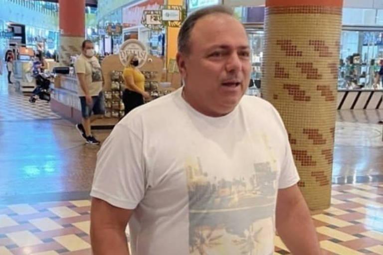 Ex-ministro da saúde, Eduardo Pazuello, sem máscara em shopping de Manaus