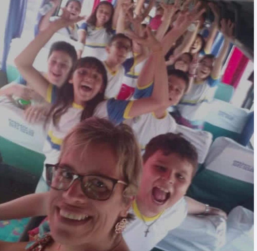 A professora Perlúcia Arantes e seus estudantes