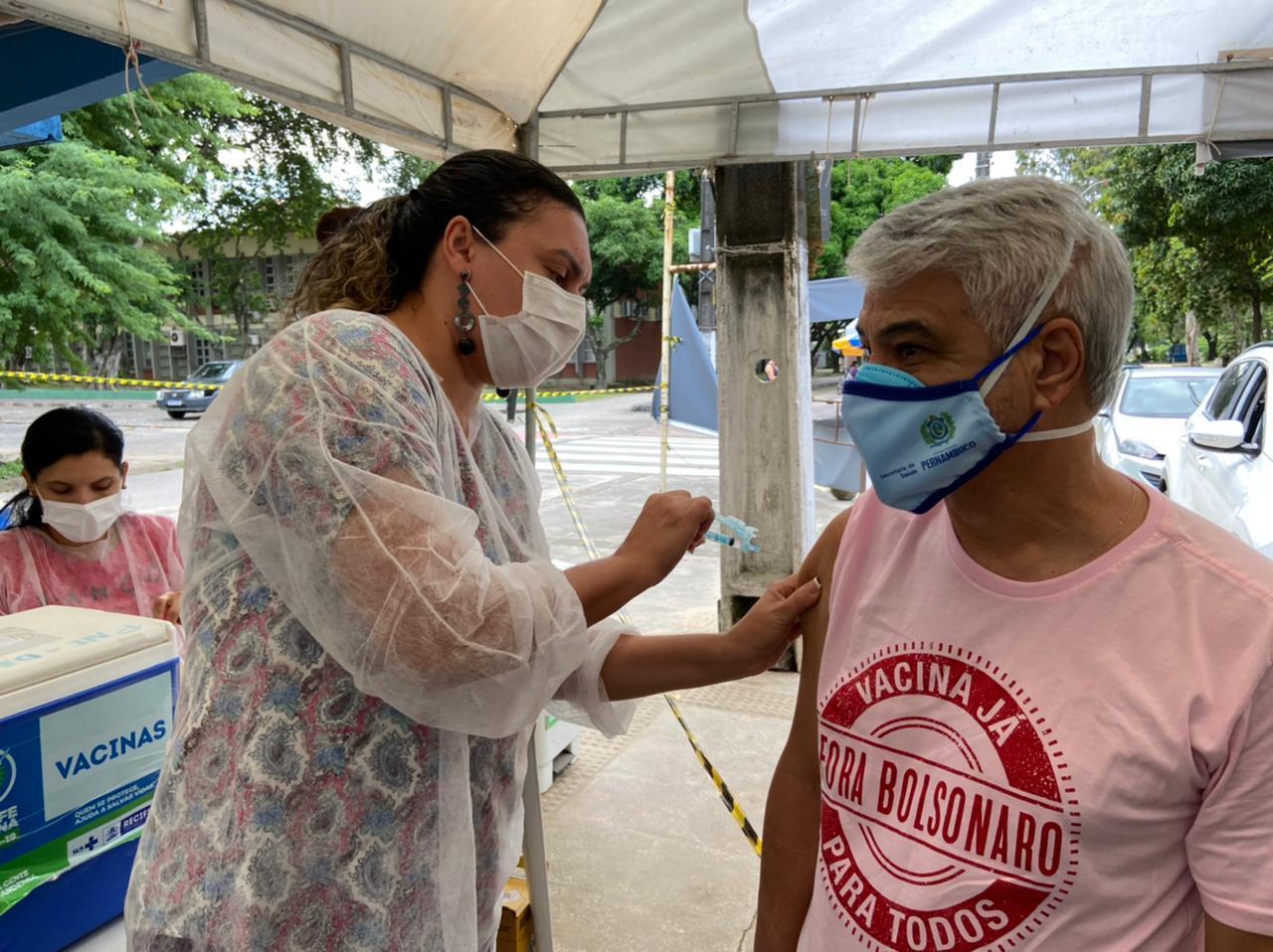 Humberto Costa sendo vacinado contra a Covid-19