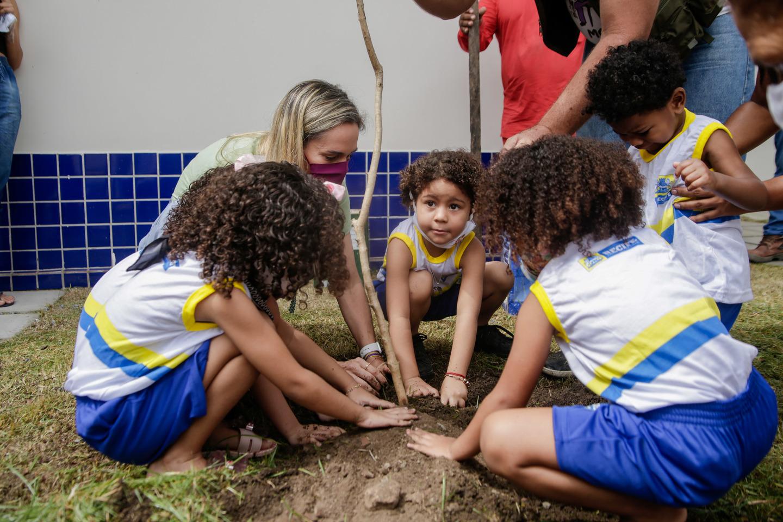 Isabella de Roldão planta com as crianças