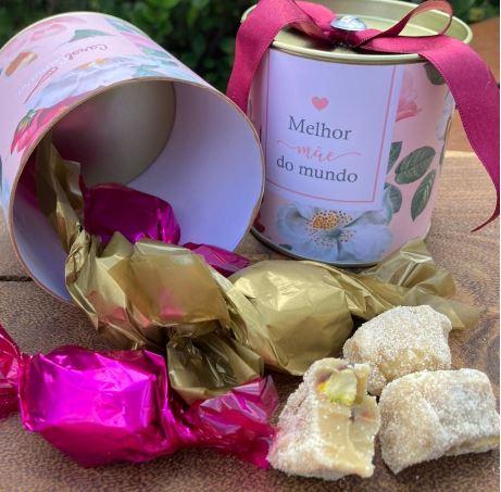 Latinha floral com doces e chocolates