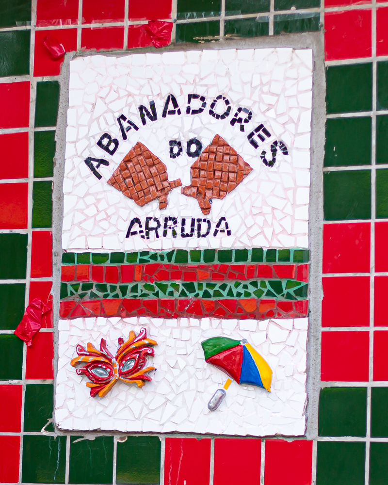 Troça Abanadores do Arruda recebe placa criativa de sinalização turística