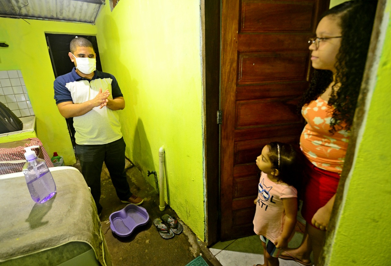 O enfermeiro Felipe Gomes dos Santos toma os cuidados necessários por conta das filhas
