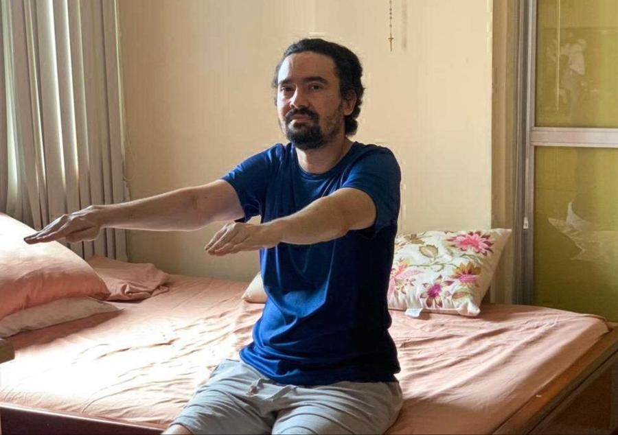 Depois de 75 dias de internação, Sergio Vieira faz fisioterapia em casa