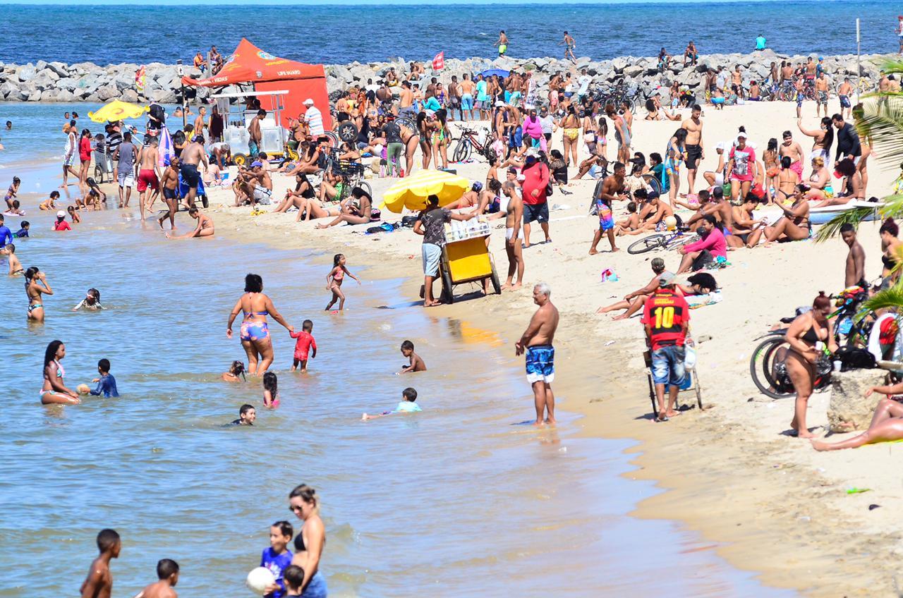 Movimentação na praia do Bairro Novo, em Olinda, neste domingo (23)