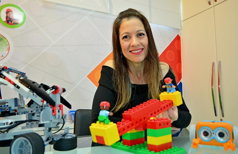 A diretora da Creare, Janaína de Carvalho, passou a atuar na educação tecnológica e robótica educacional na casa dos alunos