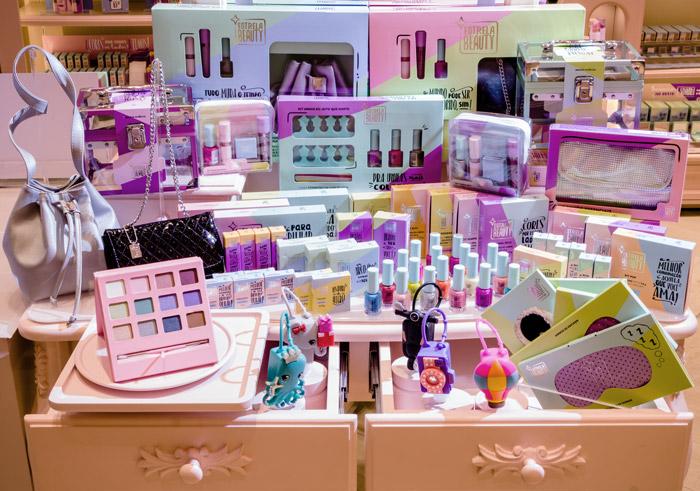 No portfólio, maquiagens e acessórios