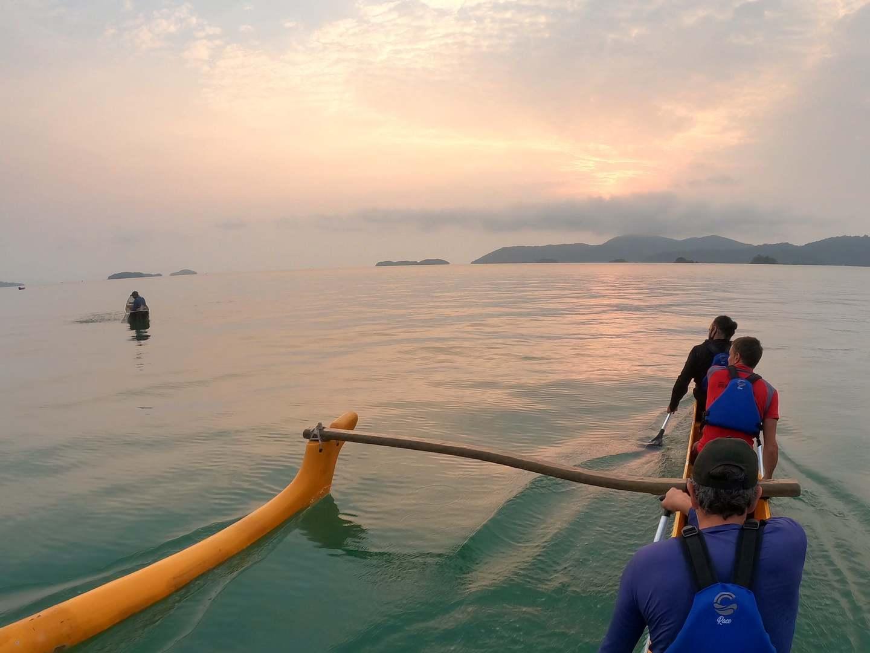 O nascer do sol é uma das opções de tour de canoa polinésia