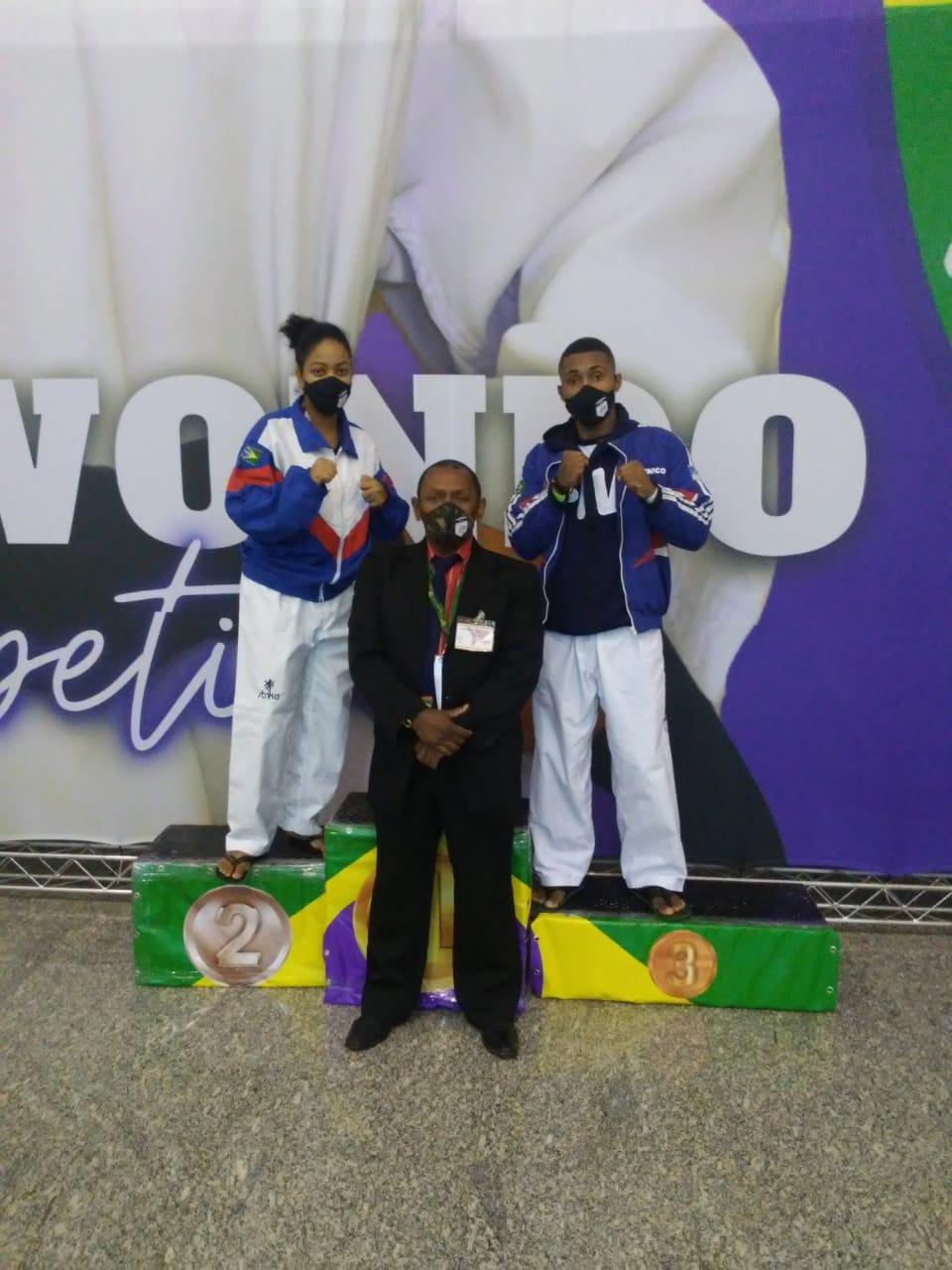 Letícia, esquerda, Mestre Alexandre Santos, centro, e João Marcelo, direita